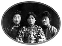 The three Soong sisters in their youth, with Soong Ching-ling in the middle, and Soong Ai-ling (left) and Soong Mei-ling (right)