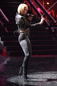 Hilson performing at the 2010 VH1 Divas Salute the Troops concert