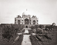 English garden-style roundabouts replaced the square central tanks of the Charbagh garden in 1860