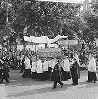 'Noodkist' (under the canopy) in the 1962 procession