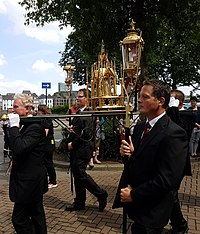 Reliquary of Lidwina of Schiedam during the procession in Het Bat