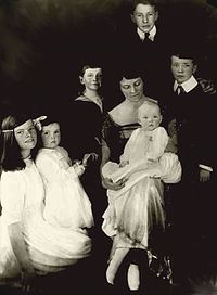 Left to right: daughter Katharine, Marion, Robert, Thomas, and Richard. Her mother is seated at center with daughter Margaret, 1921