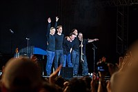 The line-up after a concert in Lucca in 2013, from left to right: Bryan Adams, Gary Breit, Mickey Curry, Keith Scott, Norm Fisher