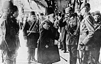 Sultan Mehmed V and Kaiser Wilhelm II in Constantinople, 1917. The Ottomans joined World War I on the side of the Central Powers.