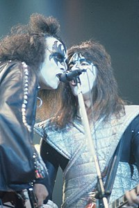 Simmons and Frehley share a microphone in 1978
