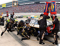 Tire changes and refueling at the 2006 Dickies 500