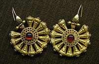 Gold earrings with gemstones, 3rd century