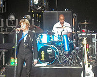 Bowie on stage with Sterling Campbell during the Heathen Tour, 2002