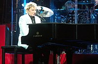 Manilow at the piano, live in 2008