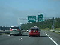 Eastbound Route 25 near Exit 3 and the freeway's eastern terminus. Route 28 is unsigned at this interchange.