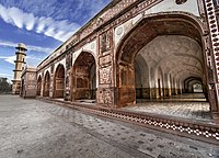 Arcades surround the tomb and feature ghalib kari, or ribs inlaid into arched surfaces on the arch's curved areas