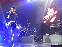 Levine performing with Maroon 5 in 2007