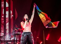 Lipa raising an LGBT flag in a presentation at the Hollywood Palladium in the city of Los Angeles