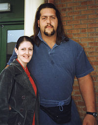 Big Show posing with a fan in 1999