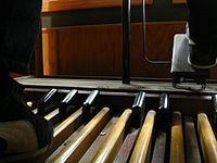 Unlike an American Guild of Organists pedalboard, a console Hammond normally has 25 pedals.