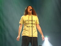 """Weird Al wearing his """"Atlantic Records Sucks"""" shirt during a performance of """"You're Pitiful"""", in 2007, at the Ohio State Fair"""