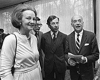 Graham with a Dutch news official and U.S. ambassador to the Netherlands, 1975