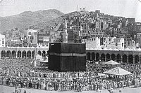 A 1907 image of the Great Mosque of Mecca with people praying therein
