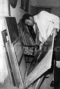 Ali in an art gallery during his visit to Argentina in 1971