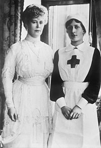 The Queen with her daughter Mary during the First World War