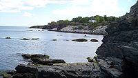 Shoreline of the Easton Bay looking south from cliffside at east end of Narragansett Avenue