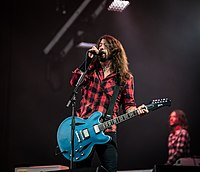 Grohl displaying his signature Gibson DG-335 guitar, a custom model based on the 1964-1971 Gibson Trini Lopez Standard