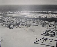 Dubai in 1950; the area in this photo shows Bur Dubai in the foreground (centered on Al-Fahidi Fort); Deira in middle-right on the other side of the creek; and Al Shindagha (left) and Al Ras (right) in the background across the creek again from Deira