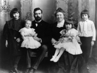 The Hemingway family in 1905 (from the left): Marcelline, Sunny, Clarence, Grace, Ursula, and Ernest