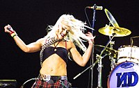 Stefani performing with No Doubt at Voodoo 2002