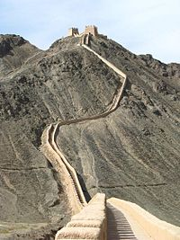 A section of the Great Wall on the Hanging Cliffs (懸壁長城) leading up to Jiayu Pass